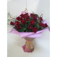 Романтичен букет с 19 бр. червени рози