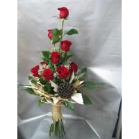 Букет 9 бр. рози аранжирани във височина , декориран със сухи елементи.