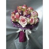 Букет 25 бр. рози , декорирани с перли и текстил.