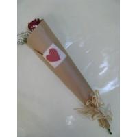 Букет 1 бр. роза, декорирана с гипсофил, нежна зеленина и семпла опаковка.