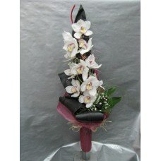 Стилен букет с орхидея цимбидиум, аранжиран с листа корделине , аралия и гипсофил