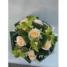 Стилен букет с рози и орхидея