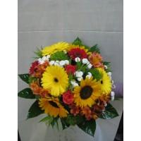 Пъстроцветен букет със слънчогледи, гербер, мини гербер, алстромерия, рози и хризантема сантини