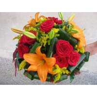 Букет червени рози и оранжев лилиум, аранжиран с листа аспидистра, солидаго, и листа аралия