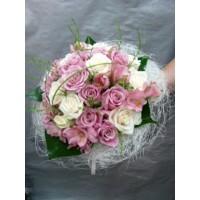Букет с рози и алстромерия, аранжиран с нежна зеленина