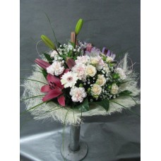 Пъстроцветен букет с лилиум, спрей рози, алстромерия, мини гербер и карамфили аранжиран с листа аралия и гипсофил