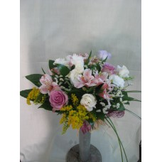 Нежен букет с рози, алстромерия и еустома аранжиран с листа аралия