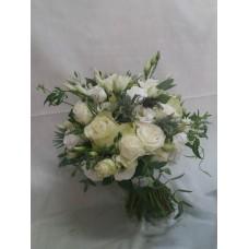 Нежен букет с бели рози, спрей рози, алстромерия и еустома аранжиран с нежна зеленина