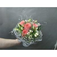 Нежен букет с рози и алстромерия аранжиран с зеленина и гипсофил