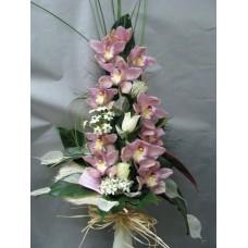 Стилен букет с орхидея цимбидиум, рози и орнитогаум аранжиран с листа корделине , аралия и берграс