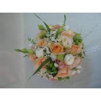 Нежен букет с рози, орнитогаум, хиперикум и еустома аранжиран с нежна зеленина и гипсофил