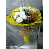 Пъстроцветен букет с хризантеми, аранжиран с гипсофил, берграс и нежна зеленина