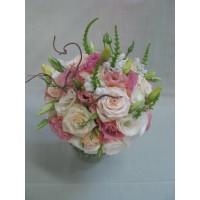 Нежен букет с рози и еустома аранжиран с нежна зеленина