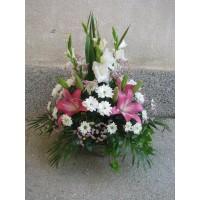 Кошница с 3 бр. розов лилиум, 5 бр. бял гладиол и 3 бр. бяла хризантема.