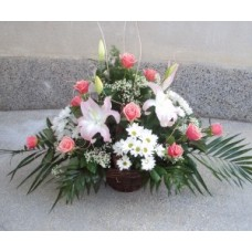 Кошница с 3 бр. розов лилиум, 15 бр. розови рози и 5 бр. бяла хризантема.