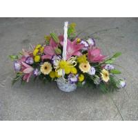 Кошница с 3 бр. розов лилиум, 7 бр. гербери, 3 бр. жълта хризантема и 5 бр. еустома бяло и лилаво.