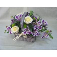 Кошничка с 3 бр. кремави рози, хризантема и 4 бр. лилава астромерия.