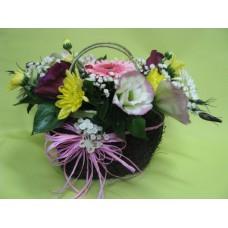 Кошничка с гербер, хризантема и еустома.