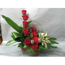 Изискана кошница с рози, карамфил и ананас.