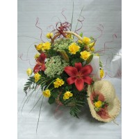 Кошница с 25 бр. жълти рози, лилиум бордо и бял трахелиум.