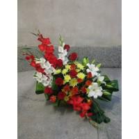 Кошница с 7 бр. червени рози, 2 бр. бял лилиум, 6 бр. гладиола, 3 бр. жълта хризантема и 3 бр. спрей роза.