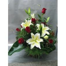 Кошница с 11 бр. червени рози и 3 бр. бял лилиум.