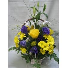 Кошница с 3 бр. жълти рози, 1 бр. бял лилиум, 3 бр. лилава еустома и 3 бр. жълта хризантема.