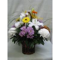 Кошница с 9 бр. хризантеми, 1 бр. бял лилиум и 5 бр. гербери.