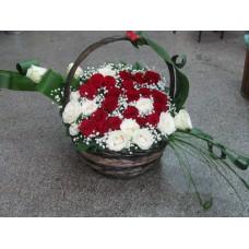 Кошница цифра 25 с 21 бр. червени рози и 12 бр. бели рози.