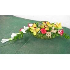Кокетна кошничка с 5 бр. рози, 3 бр. кали и 5 бр. цимбидиум.
