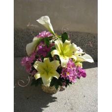 Кошница с лилиум, хризантема, кали и орхидея Ванда.