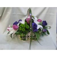 Кошница с бял лилиум, 7 бр. розови рози, 3 бр. лилава еустома и 2 бр. хризантема.