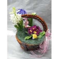 Композиция със пролетни саксийни цветя, Примула и два броя зюмбюли в кошничка